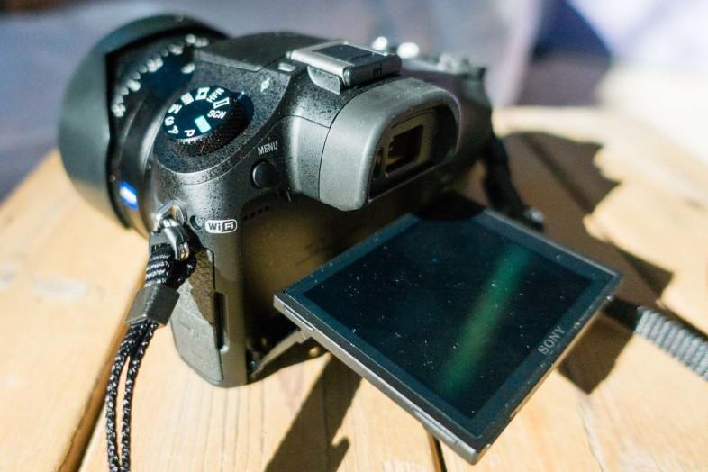 Sony RX10 M2 von hinten. Fotografiert mit der RX100 IV.